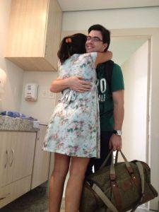 ele chegando na maternidade ainda com as malas na mão